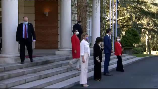 El nuevo Gobierno posa en La Moncloa antes del primer Consejo de Ministros sin Iglesias