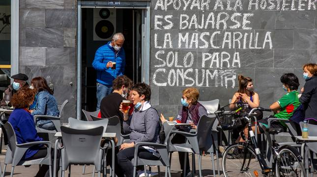 Clientes consumen en la terraza de un bar de Vitoria este lunes.