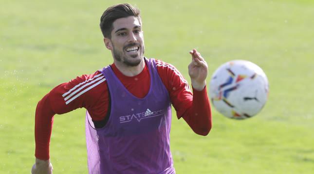 Nacho Vidal persigue el balón en un entrenamiento reciente en Tajonar.