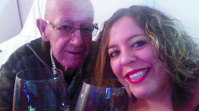 """Julián y Ione Arróniz brindan el 25-12-2019, su última Nochebuena juntos: """"No se le borró la sonrisa.  Nunca dejó de luchar ni de inculcarnos que la riqueza del ser humano reside en saber disfrutar de lo que a cada uno le toca vivir"""". Debajo, la esquela homenaje a la vida de Julián publicada en 'Diario de Navarra' el pasado martes."""