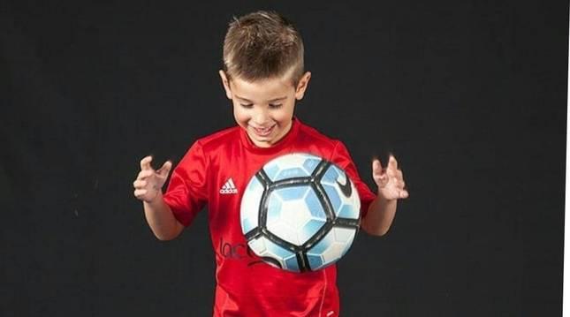 Markel Pérez vive en Lumbier y juega a fútbol en la Escuela de la Fundación Osasuna.