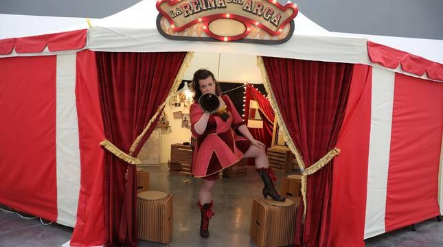 Tefi de Paz, posando en la carpa circense en la que representará La Reina del Arga. Este miércoles realizó un ensayo general en el Centro Huarte.