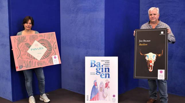 Maider Díaz y Pablo Abarzuza posan ayer con las portadas de los libros premiados.