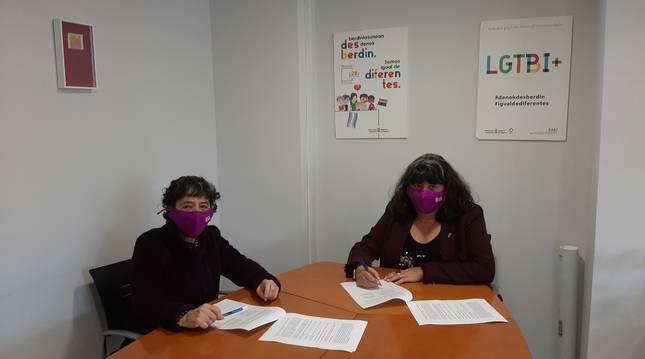 Rosa Mª Montenegro Astrain, presidenta de Kattalingorri , y  Eva Istúriz García, directora gerente del Instituto Navarro para la Igualdad.