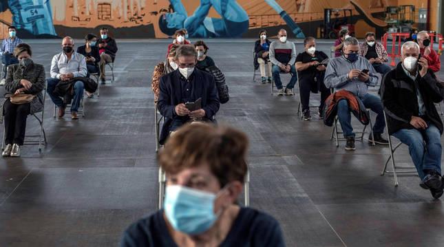 Varias personas esperan por si tienen posibles efectos secundarios tras recibir la vacuna de AstraZeneca en Ourense.