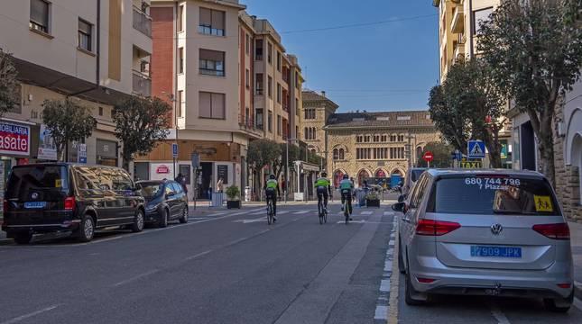 El tramo de la calle San Andrés que se peatonalizará con el edificio de la estación al fondo.