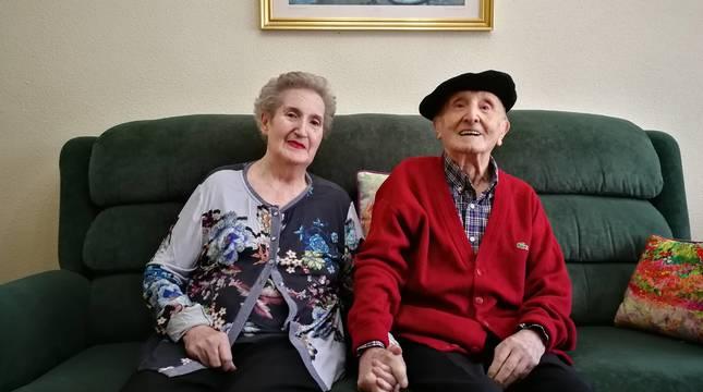 Pachi Elizondo junto a su esposa, Isabel Zudaire, en su hogar de Estella.