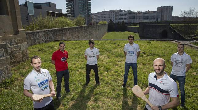 Los pelotaris Javier Labiano, Ibai Iriarte, Ugaitz Elizalde, Oian Canabal, Unai Laso y Alfonso Echavarren, en el interior de  La Ciudadela de Pamplona.