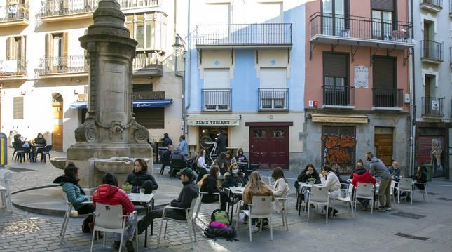 Las terrazas alrededor de la fuente de Santa Cecilia, con La Mejillonera, el Ezkia y el Cordovilla al fondo.