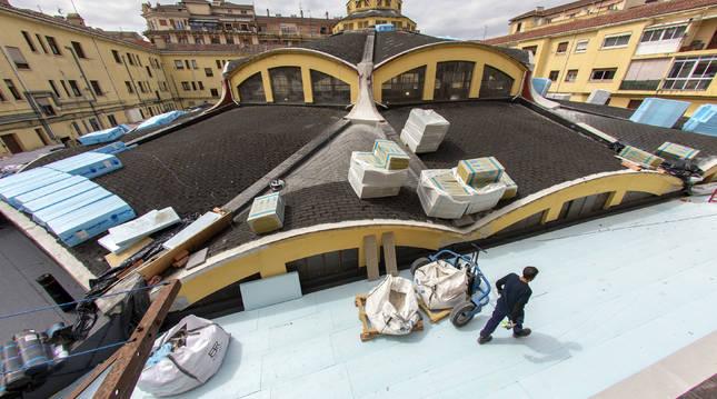 La cubierta del mercado, con parte del nuevo aislamiento ya instalado en el anillo más exterior.