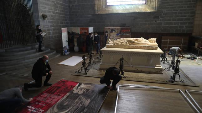 El equipo de montaje de la exposición armando los paneles informativos que se podrán ver en la capilla de San Agustín en el sepulcro de Sancho VII el Fuerte  en Roncesvalles.