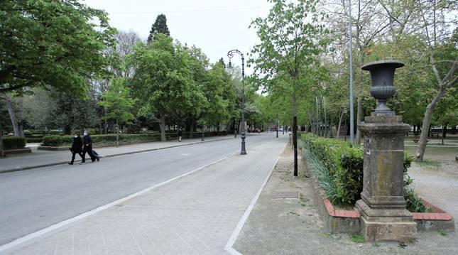 Dos personas paseando ayer por la calle El Bosquecillo, que se quiere nivelar quitando la calzada.
