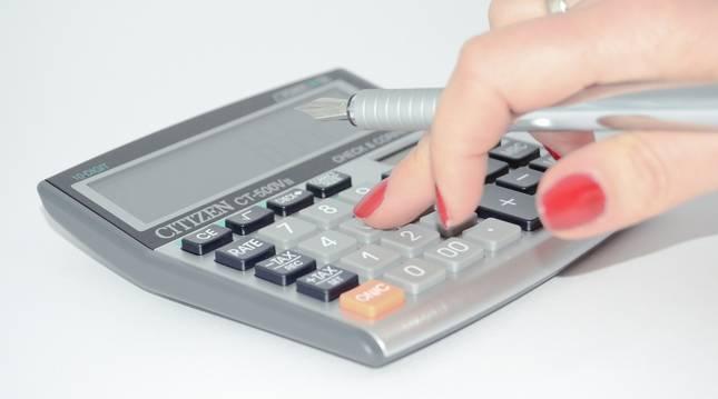 Imagen de archivo de una persona haciendo cuentas en una calculadora.
