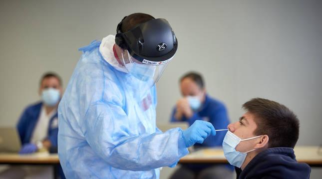 Profesionales sanitarios realizan un cribado en la Universidad de Girona para detectar casos asintomáticos de coronavirus.