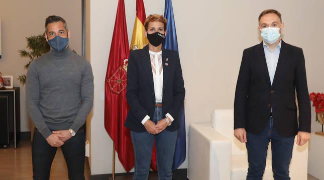 De izda a dcha: Joseba Eceolaza (Asociación Gogoan-Memoria Digna), la Presidenta Chivite y Eduardo Mateo (en representación de  la Fundación Fernando Buesa y de Elkarbizi).