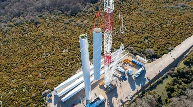 El montaje de la torre en la sierra de Alaiz permite ver las dimensiones de la turbina.