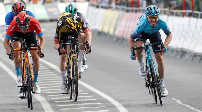 El guipuzcoano del equipo Astana Ion Izagirre (dcha) esprinta para vencer en la cuarta etapa de la Itzulia