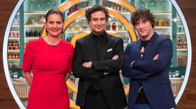 El jurado de 'MasterChef' Pepe Rodríguez (c), Jordi Cruz (d) y Samantha Vallejo-Nágera (i) posan antes del comienzo de la novena edición del programa que se emitirá el próximo martes 13 de abril