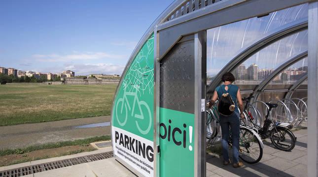 Una usuaria aparca su bicicleta en el aparcamiento de la estación de autobuses de Pamplona.