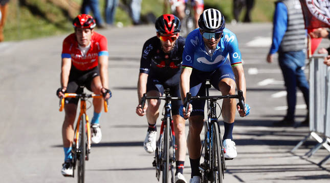 De izda. a dcha., Mikel Landa, Adam Yates y Alejandro Valverde en la llegada a meta de Ermualde tras la tercera etapa de la Itzulia 2021.