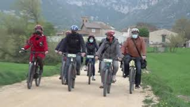 La Presidenta María Chivite recorre la ruta ciclable interurbana en el valle de Metauten