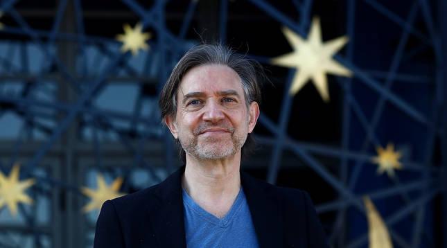José Javier Aznárez, retratado en el exterior del planetario de Pamplona.