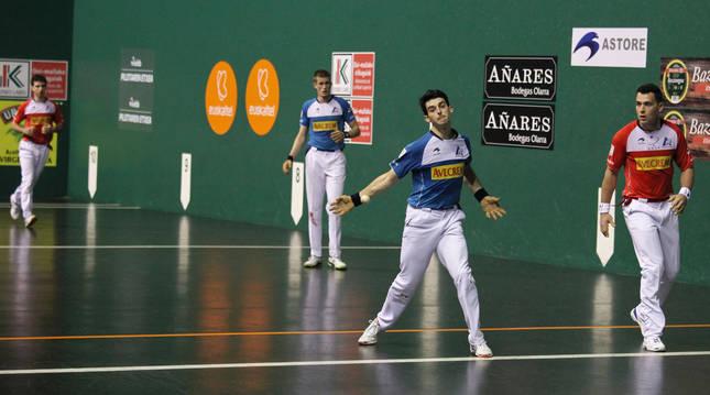 Foto de Mariezkurrena se coloca para golpear la pelota con su derecha mientras Martija, delante suya, se protege.