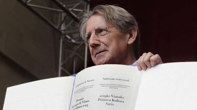 Yerro sostiene el diploma del premio Príncipe de Viana, en mayo de 2019.