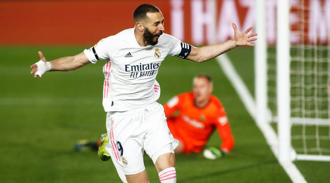Karim Benzema celebra el primer tanto ante un desolado Ter Stegen.