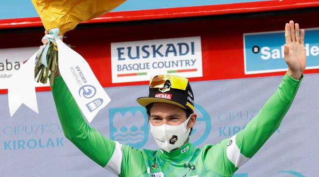 Primoz Roglic celebra en el podio el triunfo en la anterior etapa en Hondarribia.