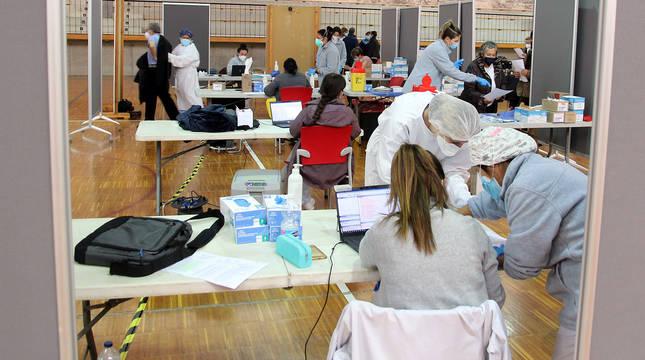 Vacunación conta el Covid-19 en el polideportivo del colegio San Francisco Javier de Tudela.