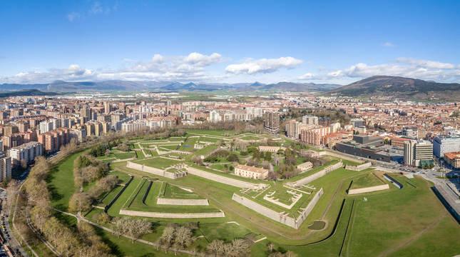 Imagen aérea de Pamplona desde la vertical de la Ciudadela y Vuelta del Castillo.