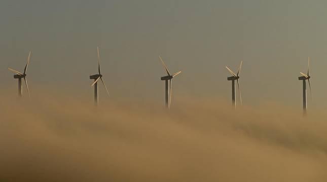 Molinos del parque eólico de El Perdón entre la niebla.