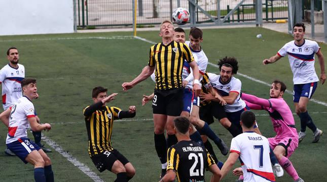 Foto del delantero del Barakaldo Nicolai salta con Rubén Aguas en un balón parado a favor de los visitantes ante la mirada de los jugadores de la Mutilvera.
