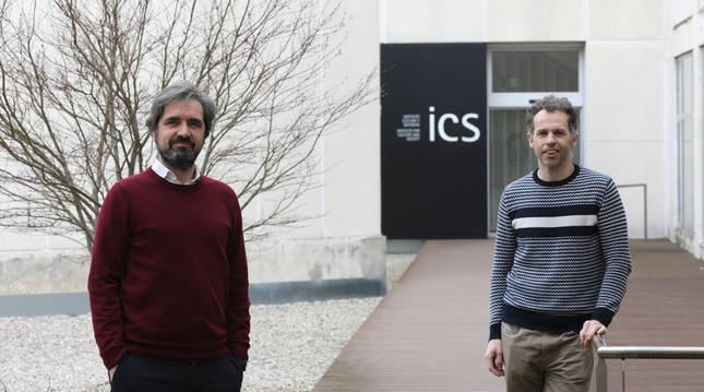 Foto del biólogo Francisco Güell (izda) y el neurocientífico Javier Bernácer, en la Universidad de Navarra.