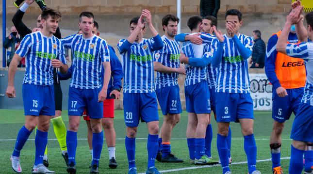 Foto de los jugadores del Izarra celebrando en Merkatondoa la segunda victoria consecutiva de la temporada.