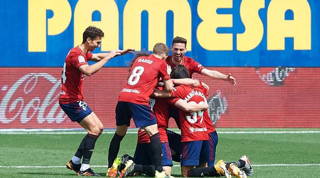 Alegría de los jugadores de Osasuna tras el 1-2.