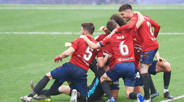 Sergio Herrera celebra la victoria con sus compañeros.