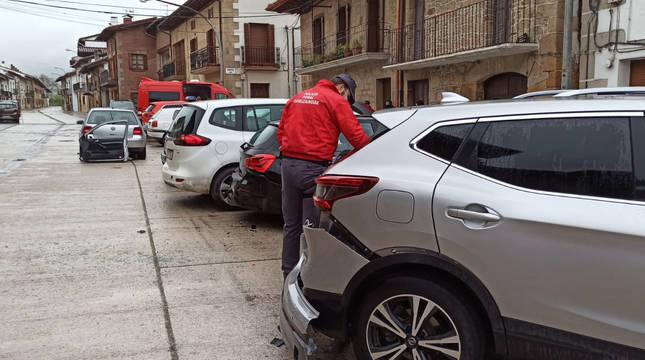 Da positivo en alcohol tras chocar contra varios vehículos aparcados en Arbizu