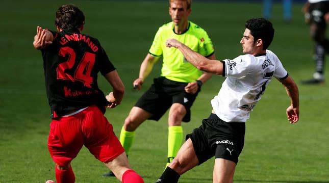 Robin Le Normand intenta zafarse de la marca de Gonzalo Guedes durante el encuentro.