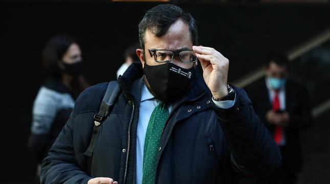 El consejero de Interior, Javier Remírez, con las gafas empañadas por la mascarilla en el Parlamento.