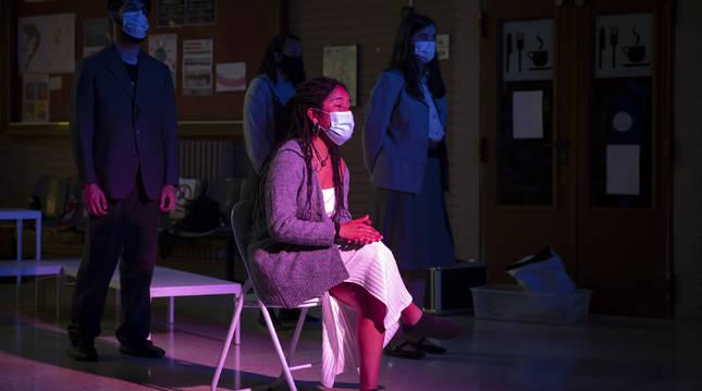 Foto de Nahia Hualde del Moral (iluminada el centro) en un ensayo de Tejas Verdes junto a sus compañeros.