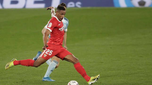 El centrocampista brasileño del Sevilla Fernando Reges marca el segundo gol de su equipo ante el Celta