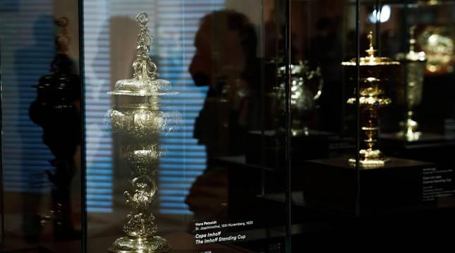 Vista de la Copa Imhoff que forma parte de una instalación de veinte obras de la colección original del barón que se exhibe en el Museo Thyssen de Madrid.