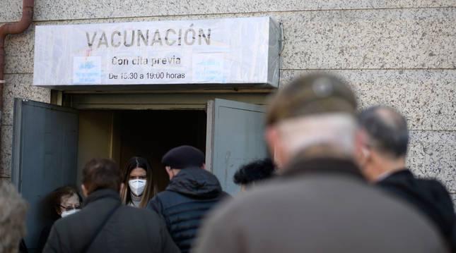 Foto de varias personas esperando a ser vacunadas a las puertas del Centro de Salud de Atención Primera Daroca, en Madrid.