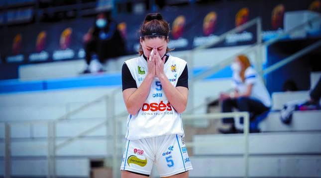 Eva Cases se lamenta después de la derrota ante el conjunto gallego Baxi Ferrol. Cases anotó seis puntos y cogió tres rebotes.