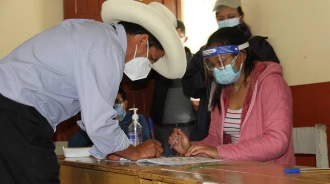 Pedro Castillo vota en las elecciones de Perú.