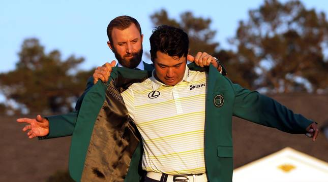 Hideki Matsuyama recibe la chaqueta verde de manos de manos de Dustin Johnson.