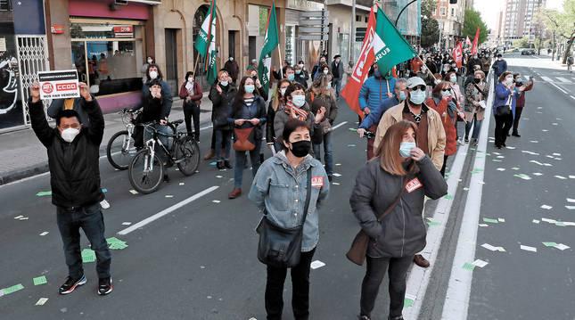 Foto de algunos manifestantes durante la manifestación para denunciar las malas condiciones laborales en el sector de limpiezas.