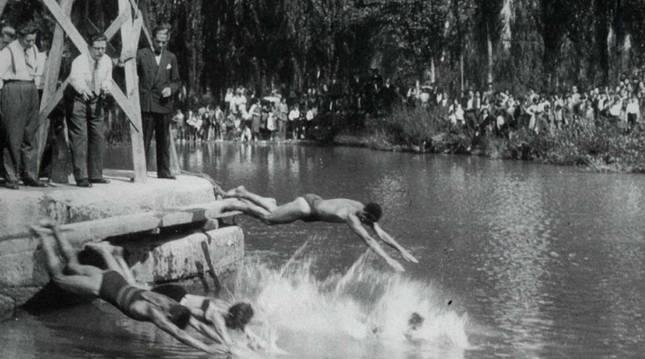 Foto de la salida de la carrera de medio fondo en aquellos II Campeonatos de Pamplona. El primero de la derecha es Jesús Azpilicueta, ganador de aquella prueba.